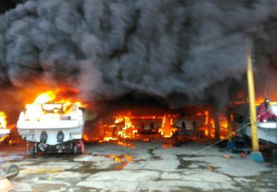 Embarcações pegam fogo na Cidade Baixa, em Salvador