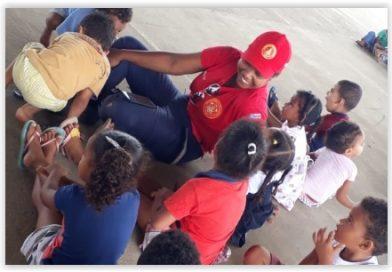 Alunos da Creche Rita Alves visitam sede dos Bombeiros Civis de Ipirá