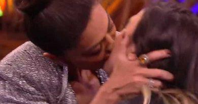 Juliana Paes dá beijão de língua em Tatá Werneck: 'Não dou beijo técnico'