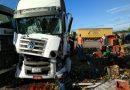 Caminhão carregado de frutas se envolve em acidente em Riachão do Jacuípe