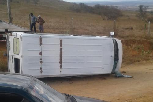 Veículo tomba na estrada de Nova Brasília em Ipirá. Imagem obtida via Whatsapp
